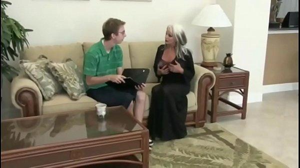 Nerd baise la MILF blonde mature Sally D'angelo